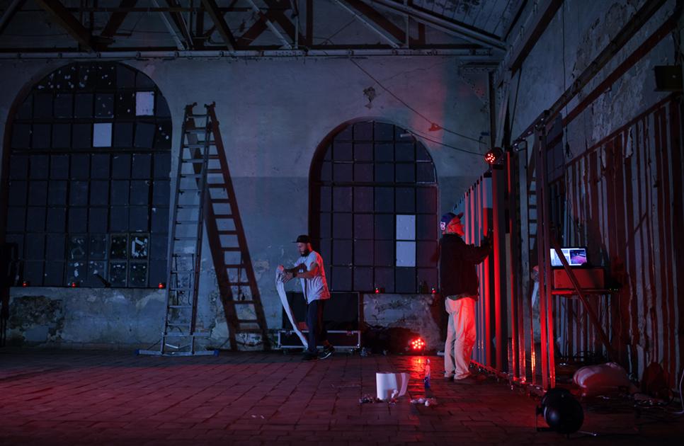 Kunstner Sergiu Doroftei får hjelp av faren Petru til å legge siste hånd på kunstverket #25 i Carol Factory Halls, Bucuresti, Romania.